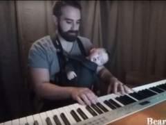 Un pianista que duerme a su bebé enamora a Facebook