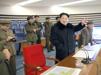 El líder Kim Jong-un celebra el éxito de la operación junto con funcionarios norcoreanos en la sala de mandos.
