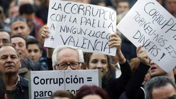 Miles de personas marchan en Valencia contra la corrupción