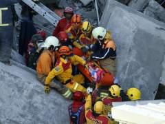 Rescatan con vida a una niña de 8 años del edificio derrumbado por un terremoto en Taiwán