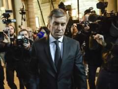 El exministro de Hollande juzgado por fraude, a tortas con un periodista