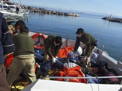 Al menos 33 refugiados han muerto hoy en dos naufragios en el Egeo