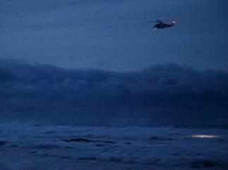 Búsqueda del menor arrastrado por un golpe de mar en Navia