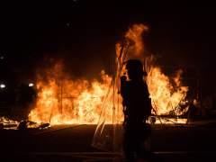 Graves disturbios en Hong Kong dejan 48 policías heridos y 24 comerciantes detenidos