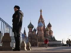 """Se encadena a una estatua de Lenin para protestar contra una Rusia """"durmiente"""""""