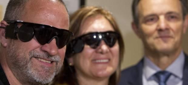 Implantan un ojo biónico en Barcelona