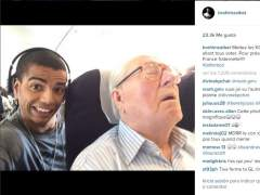 Condenado por hacerse una foto con Jean-Marie Le Pen mientras dormía en un avión
