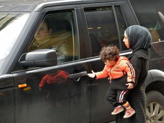 Refugiadas sirias piden limosna en Beirut