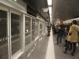 Viaje de prueba en uno de los trenes del nuevo tramo de la L9, que viaja desde este viernes de la Zona Universitaria de Barcelona al aeropuerto.