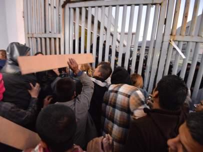 Familiares de los presos del penal de Topo Chico, a las puertas de la prisión