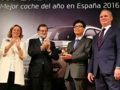 Rajoy entrega un premio a 'coche del año' mientras la Guardia Civil registra la sede del PP