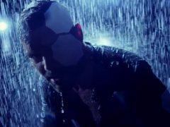 Ricky Martin canta bajo la lluvia en su nuevo videoclip
