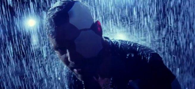 Ricky Martin canta bajo la lluvia en 'Perdóname'