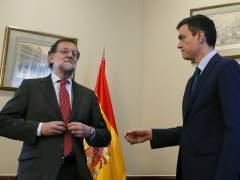 Pedro Sánchez ofrece su mano a Rajoy y éste no se la estrecha