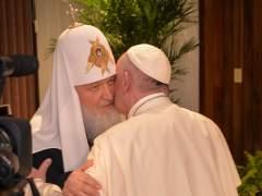 El papa y el patriarca ruso Kiril se abrazaron en un encuentro histórico