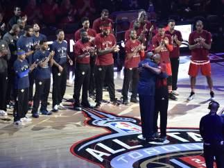 Kobe Bryant y Magic Johnson se abrazan