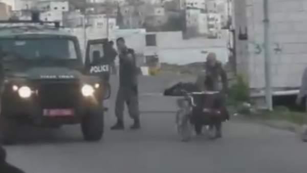 Guardia israelí tira a un discapacitado al suelo