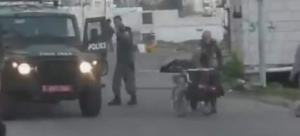 Un guardia israelí es grabado tirando al suelo a un palestino en silla de ruedas