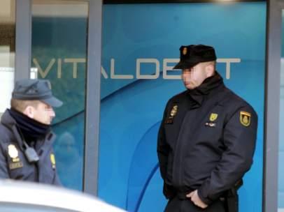 Policía en una de las sedes de Vitaldent