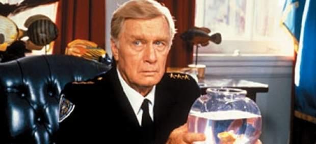George Gaynes, en su papel del comandante Lassard