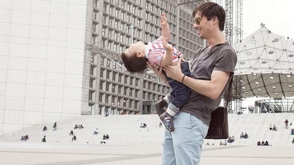 Bebé en brazos de su padre