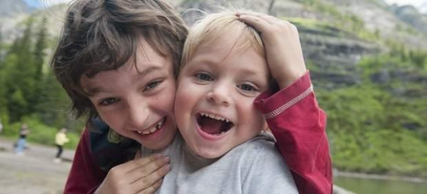 Dos niños riendo
