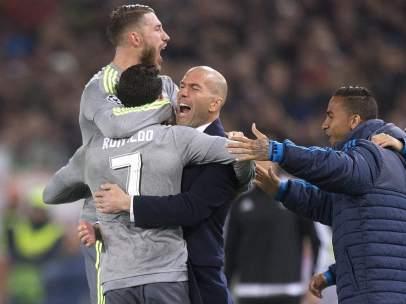 Cristiano abrazado a Zidane