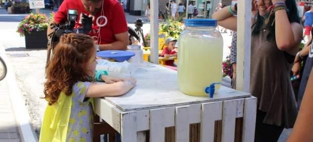 Na'ama con su puesto de limonada