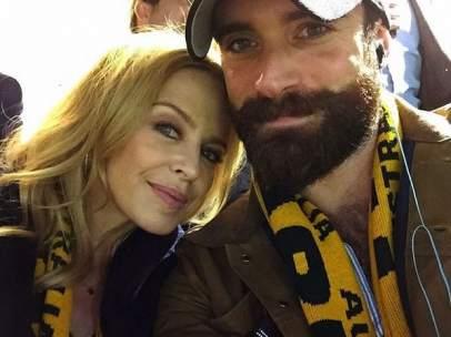 Kylie Minogue y su futuro marido Joshua Sasse.