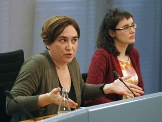 La alcaldesa de Barcelona, Ada Colau (i) y la presidenta de Transportes Metropolitanos de Barcelona (TMB), Mercedes Vidal