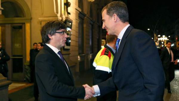 Saludo entre el rey y Carles Puigdemont