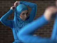 Una joven se viste con un hiyab