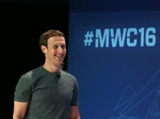 El fundador de Facebook, Mark Zuckerberg, al inicio de la conferencia que ha impartido este lunes en la jornada inaugural del Mobile World Congress 2016 de Barcelona.