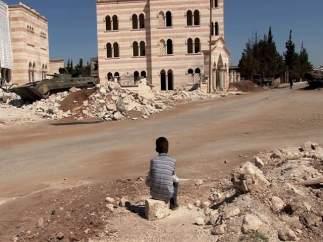 Niño sirio entre los escombros