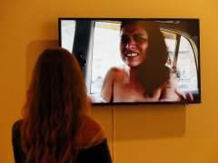 Una visitante observa una de las 'performance' de la artista venezolana Erika Ordosgoitti en ARCOmadrid.