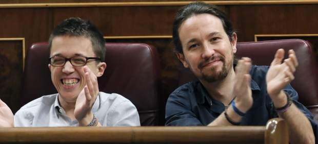 Aplausos con sorna de los diputados de Podemos a Pedro Sánchez cuando elogia a Rivera