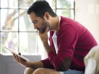 Un hombre con una tablet
