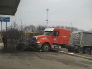 Un perro conduce y choca un camión en Minnesota
