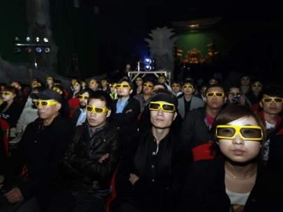 Un grupo de espectadores chinos durante la proyección de una película
