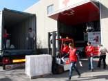 Voluntarios de Cruz Roja cargan kits para enviarlos a Síria