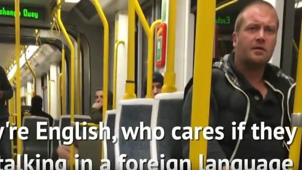Varios pasajeros de un tranvía de Manchester defienden a una pareja española de un xenófobo