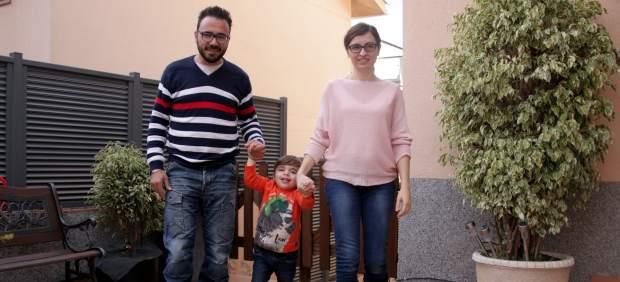 Aleix Merino, el niño enfermo de Tay Sachs, con sus padres, David y Susanna.
