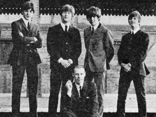 George Martin junto a The Beatles