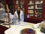 Isabel Puigoriol en su farmacia de la calle Ripoll del Gòtic barcelonés.
