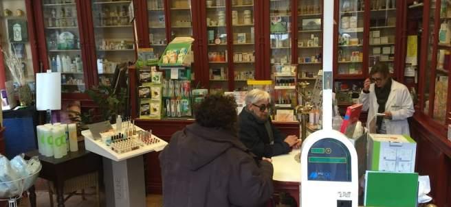 Clientes de la farmacia Puigoriol Mas del Gòtic.