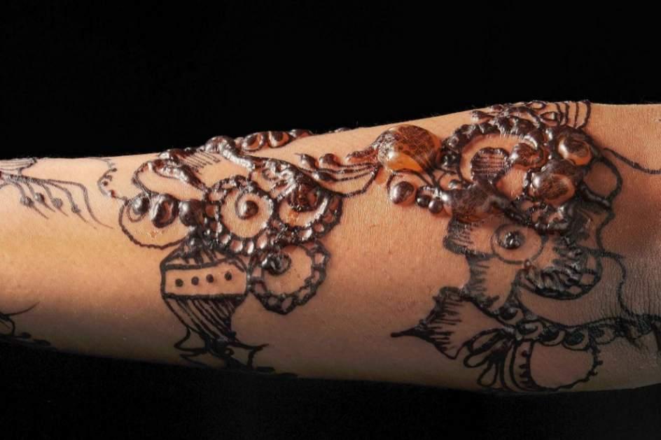 un tatuaje de henna desfigura el brazo de una ni a de siete a os. Black Bedroom Furniture Sets. Home Design Ideas