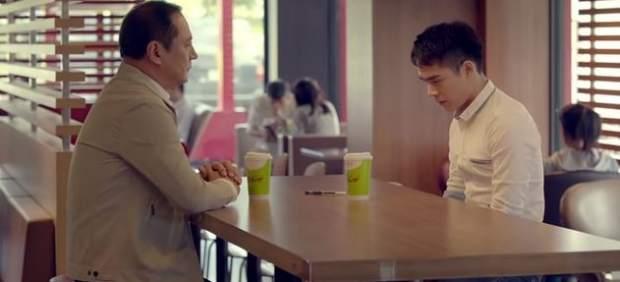 Polémica por un anuncio de McDonald's en el que un joven gay sale del armario