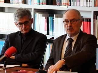 El Síndic de Greuges, Rafael Ribó, con el adjunto general, Jaume Saura, en la presentación del informe sobre la dotación de pistolas eléctricas por parte de los cuerpos policiales catalanes.