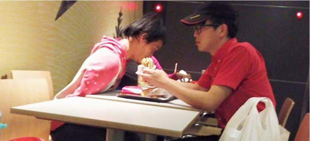 El empleado de McDonald's que da de comer a un discapacitado conmueve a Facebook