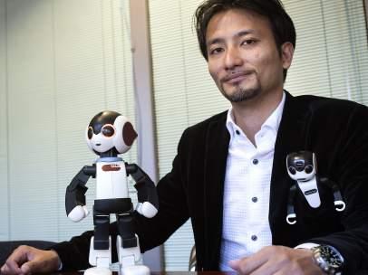 El profesor Tomotaka Takahashi con el robot humanoide Robohon